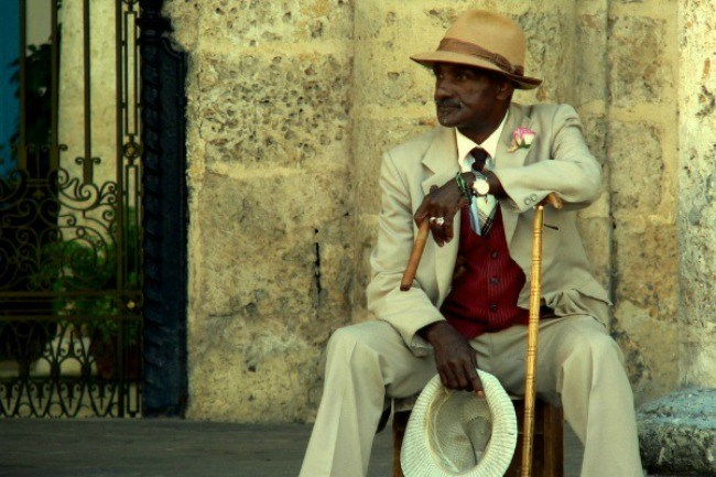 Ein Einheimischer in den Straßen von Cienfuegos.